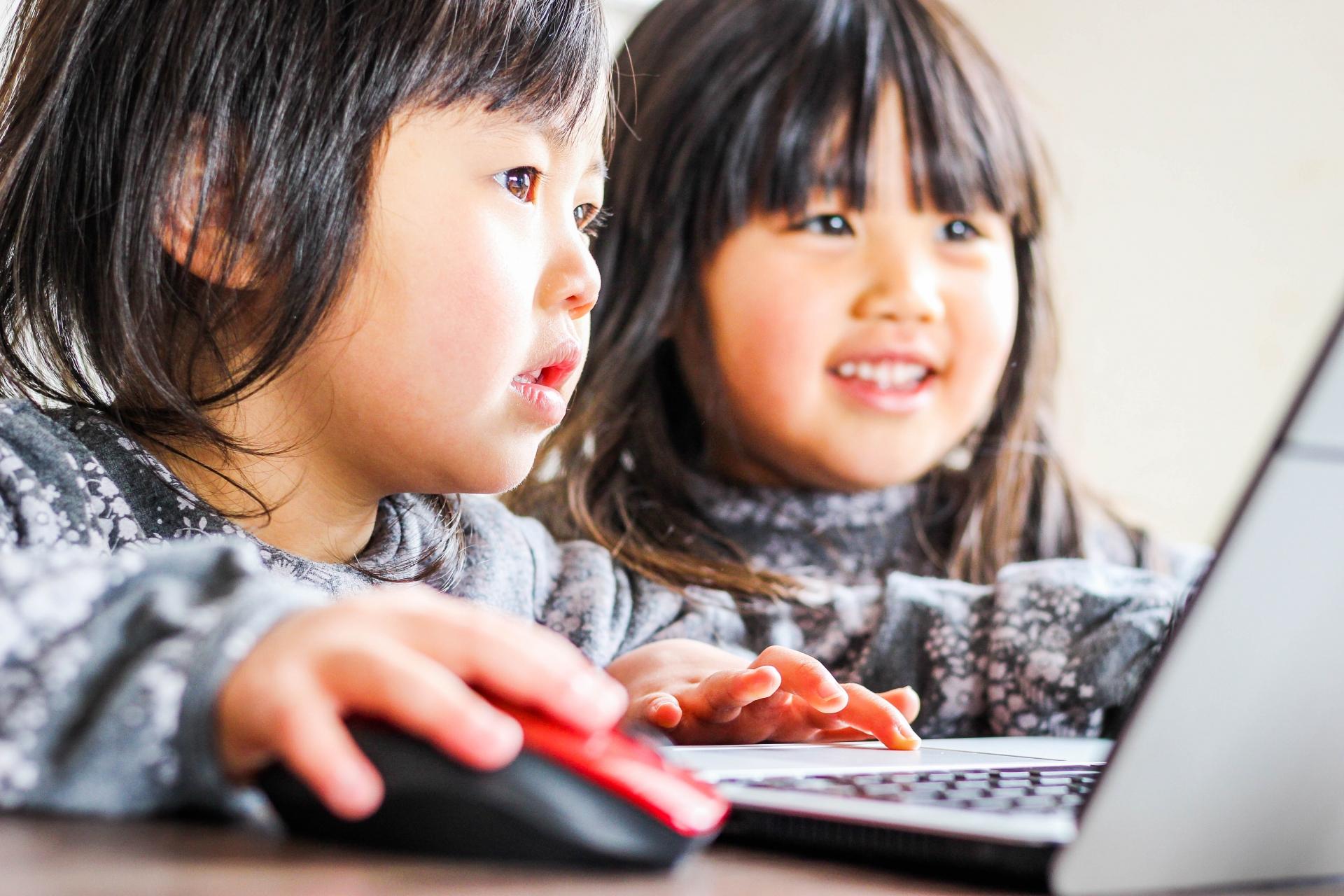 プログラミングを学習する子供たち